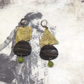 Boucles d'oreilles asymétriques jade et corne